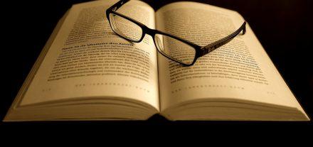 fertiglesebrille-vs-lesebrille-supermarkt-lesebrille-presbyopie-altersweitsichtigkeit-lesehilfe-brille-optik-weissmann-lesen