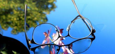brillenglas-brillenglaeser-glas-kunststoff-mineralglas-unterschied-optik-weissmann-brille-brillen-kaufen-online-dioptrin-dispersion